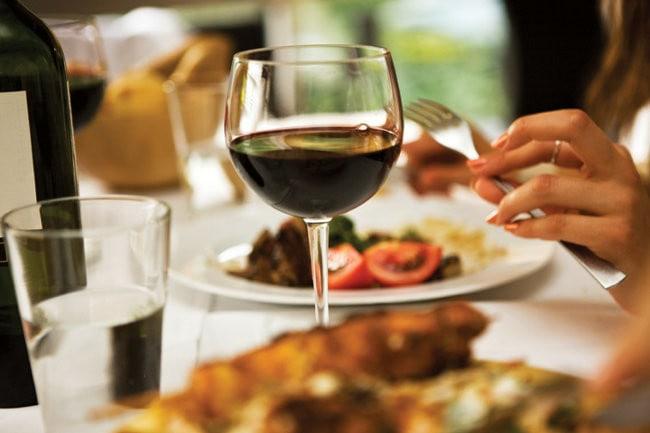 Beneficios de tomar una copa de vino tinto cada día
